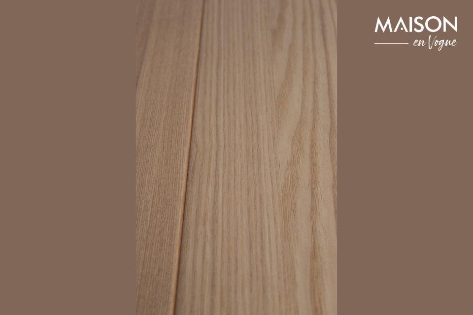 Son style conserve l\'élégance naturelle du bois