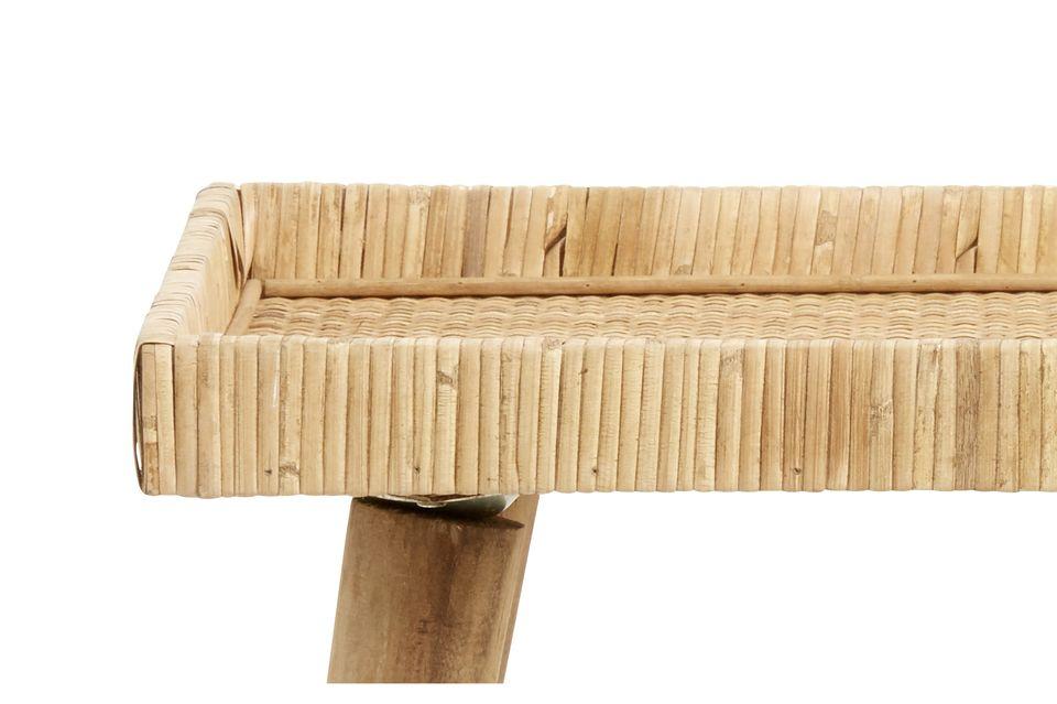 Cette petite table en rotin est soutenue par quatre pieds en pin