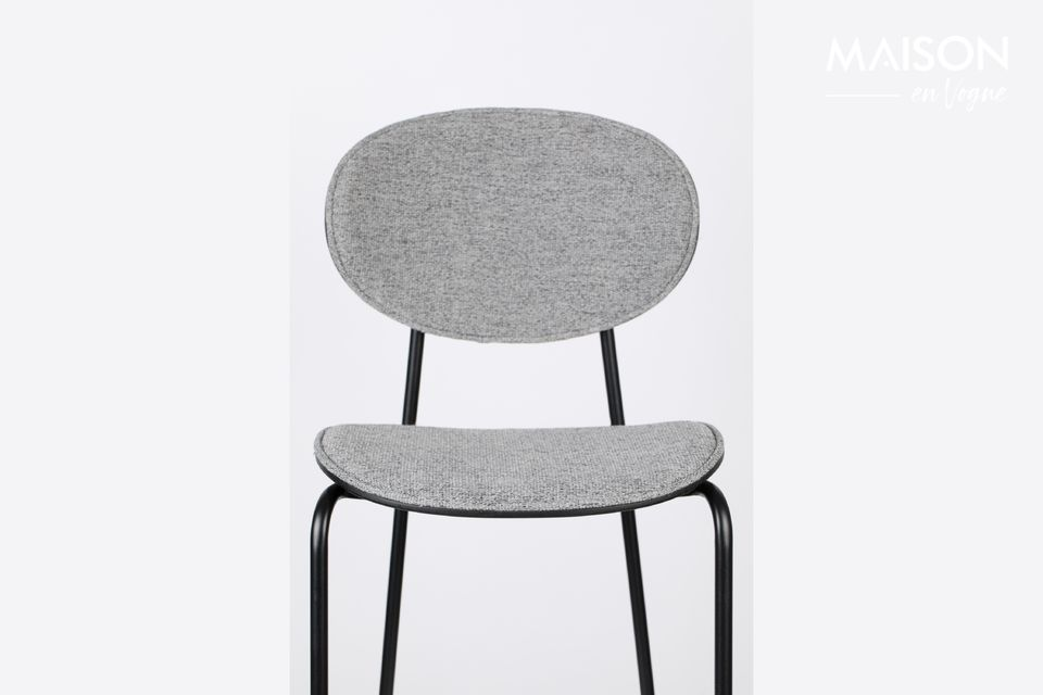 Son architecture audacieuse reprend en effet la forme d\'une chaise classique à quatre pieds avec