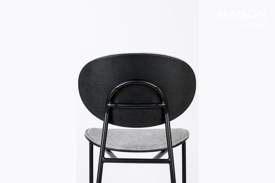 Le mélange de la teinte grise du fauteuil et du noir de la structure affirme sa distinction