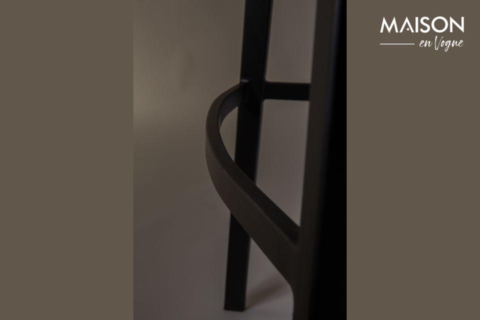 Ce meuble dévoile un contraste raffiné entre la droiture des pieds et le siège courbé
