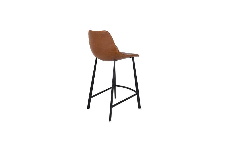 Son assise élégante révèle des coutures apparentes et une forme arrondie confortable