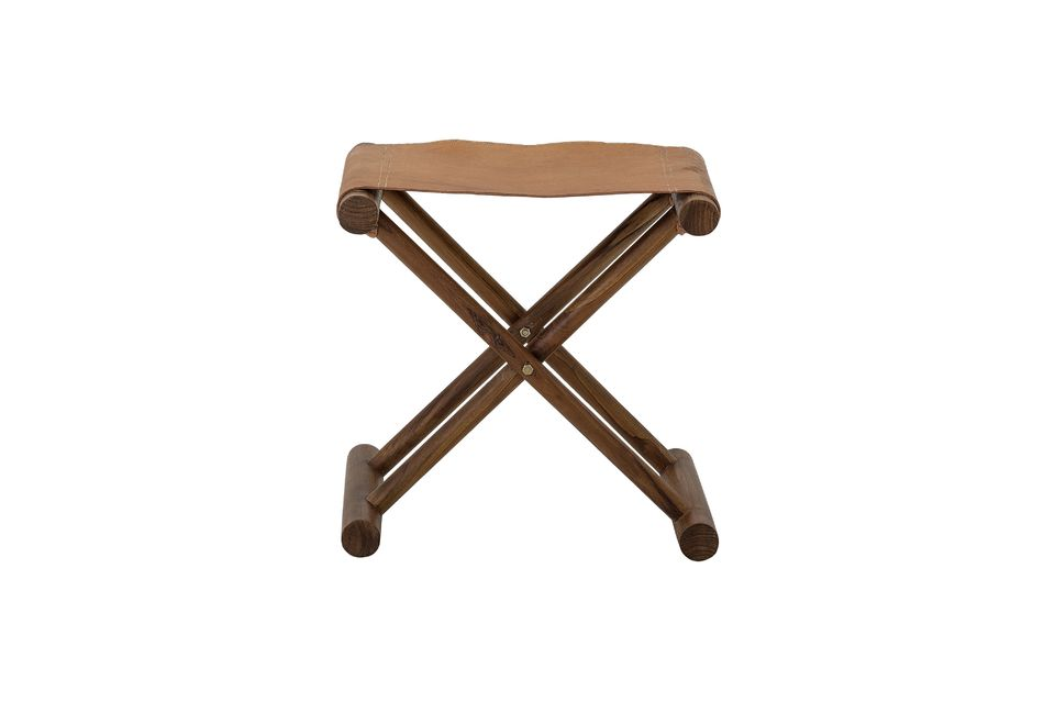 Ses pieds croisés sont en bois de teck verni d\'une teinte marron foncé et l\'assise est