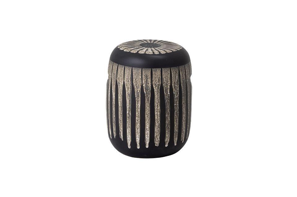 Ce joli tabouret est réalisé en grès marron décoré de volutes irrégulières beiges
