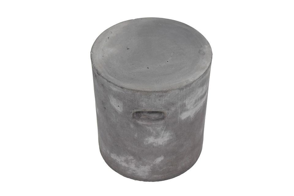 Un large tabouret à la manière d'un pouf très pratique et léger