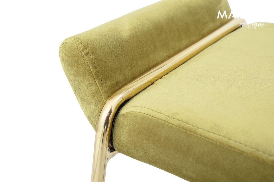 Une assise qui capte le regard par son métal doré