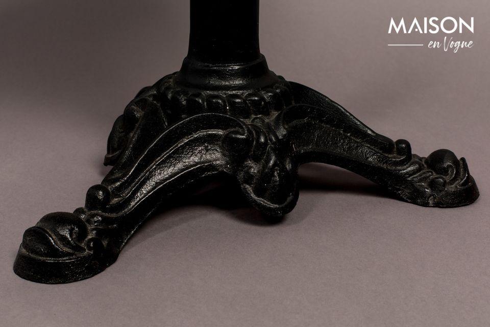 L\'assise, quant à elle, offre un rembourrage à base de lin, ce qui accentue son look vintage