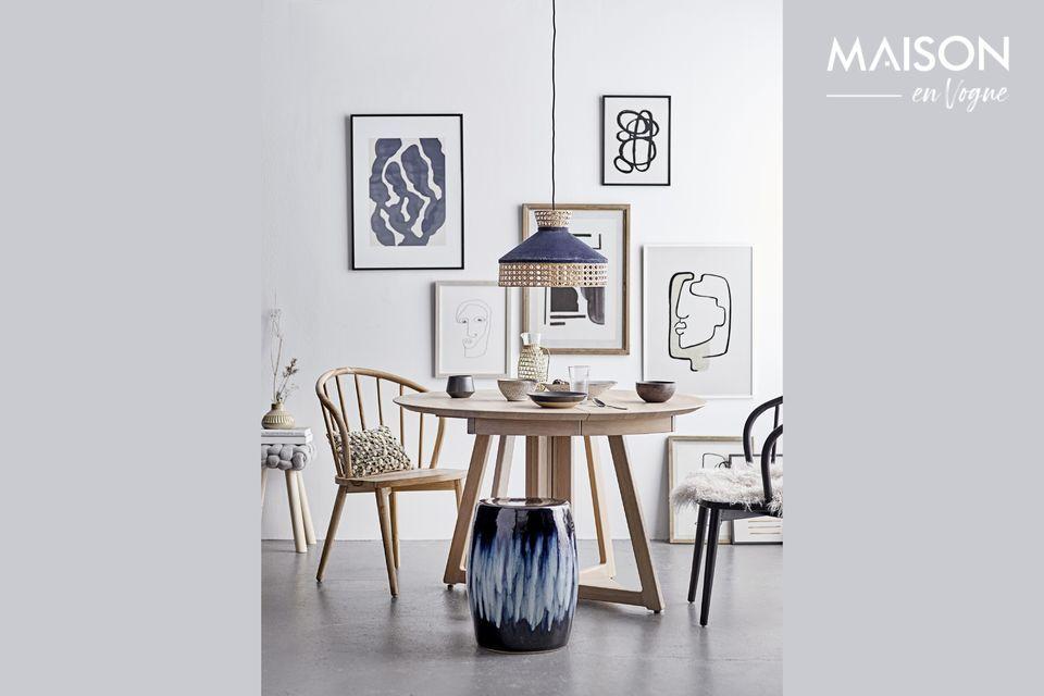 Ce tabouret, à l\'assise en polyester gris et aux pieds en pin, a un design simple et épuré