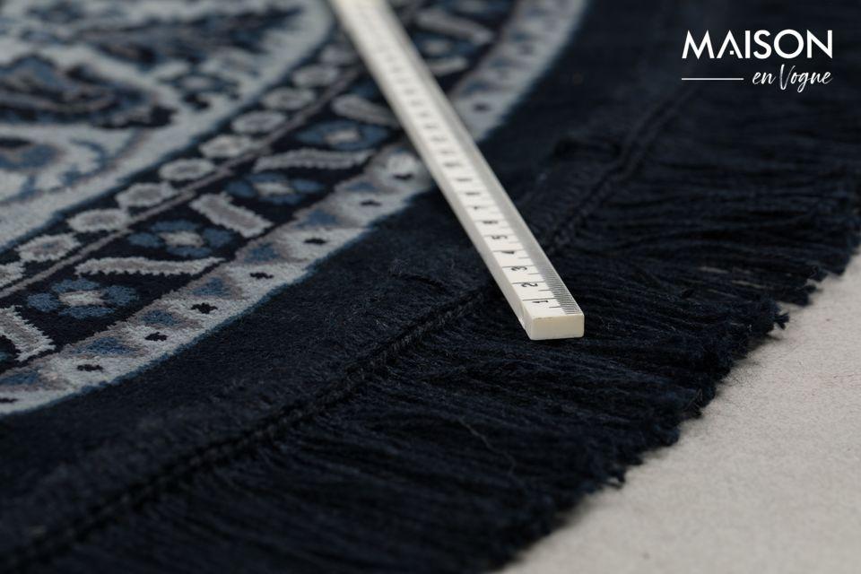 C\'est dans la tradition néerlandaise de placer les tapis persans comme nappe pour les cafés