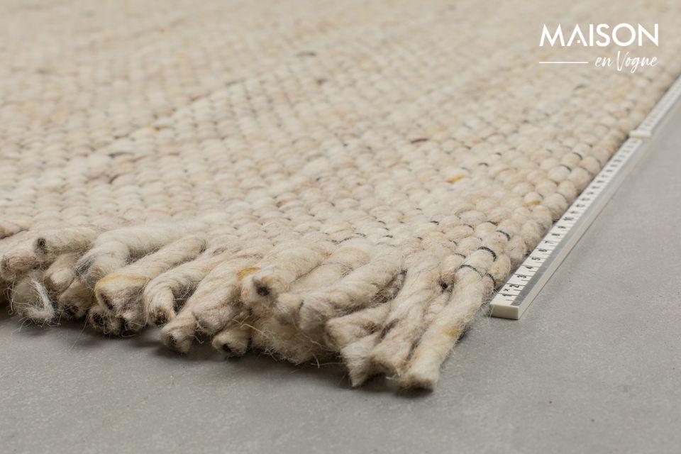 Composé à 100 % de laine, ce tapis possède une texture douce et confortable pour les pieds