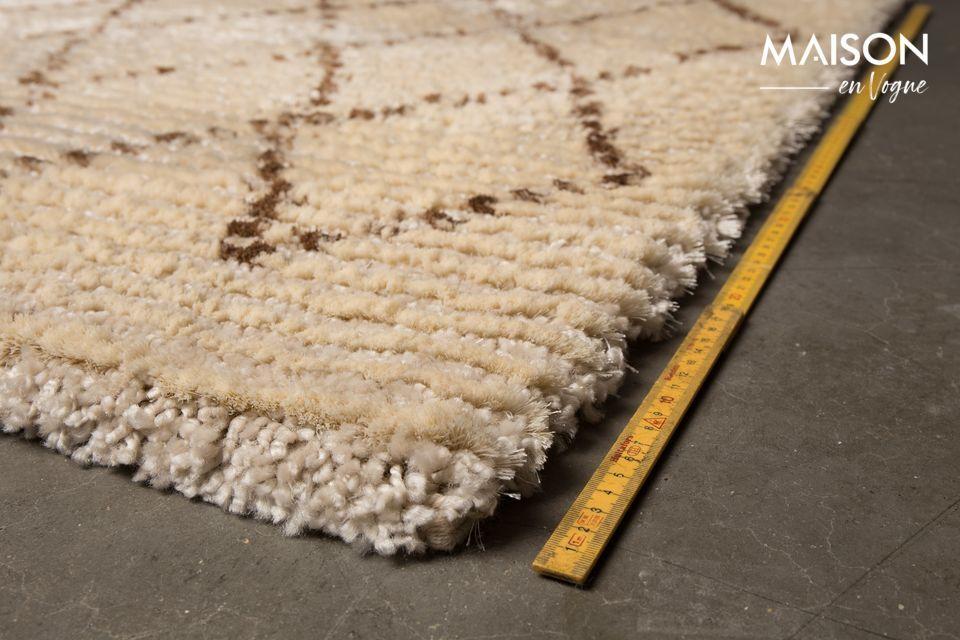 Vous apprécierez ses motifs en losanges bruns foncés contrastant sur la couleur beige du tapis