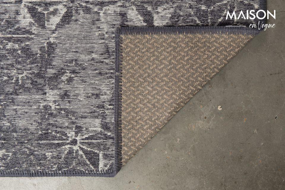 Pour un maximum de sécurité, le dos du tapis est recouvert d\'un revêtement antidérapant