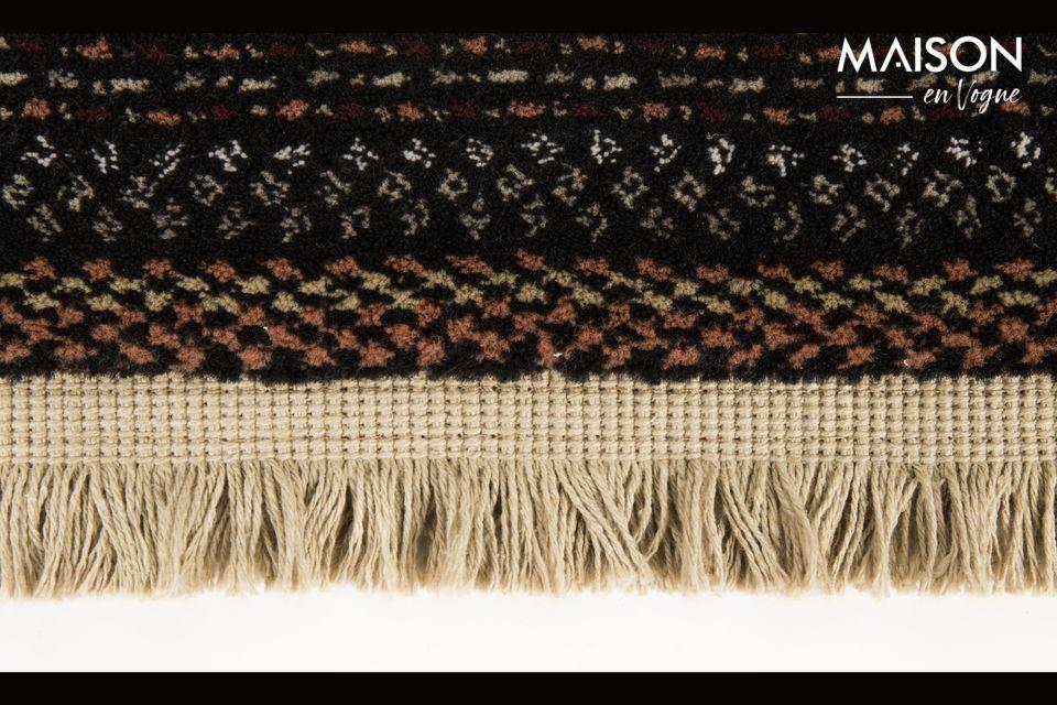 Avec ses franges et son motif coloré inspiré des tissages manuels népalais