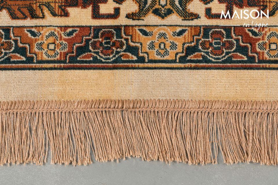 Le côté endroit du tapis est composé à 85% de viscose et 15% de polyester