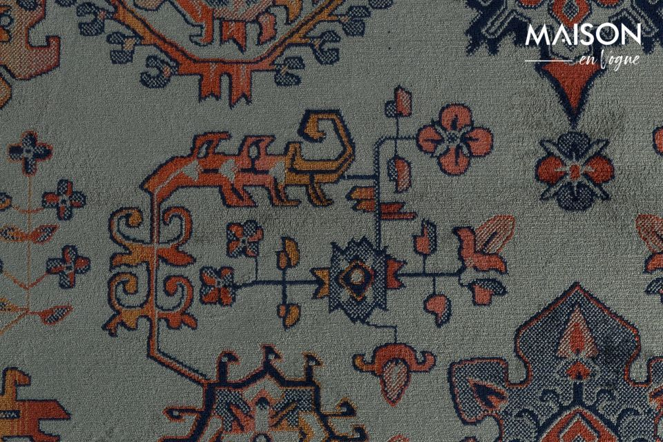 Le tapis est décoré de franges sur sa largeur