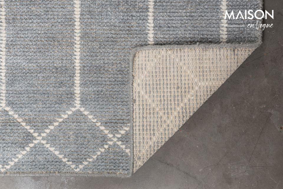 Il est habillé de formes géométriques entremêlées dont la teinte claire contraste avec le gris