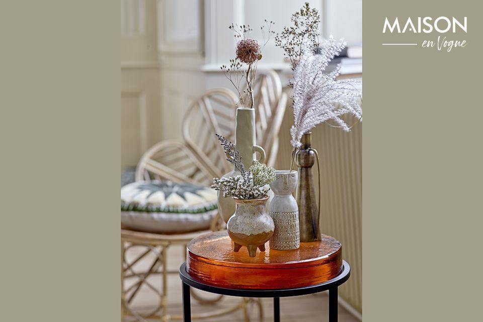 Ce vase en grès a un design simple