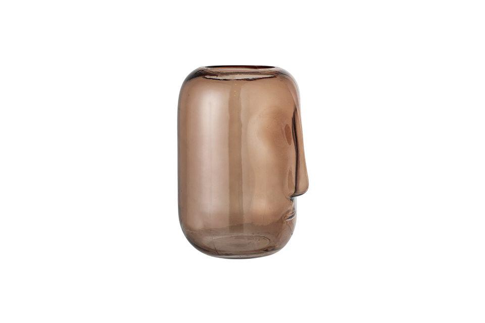 Ce vase, de coloris brun, représente un visage réinterprété de façon très moderne