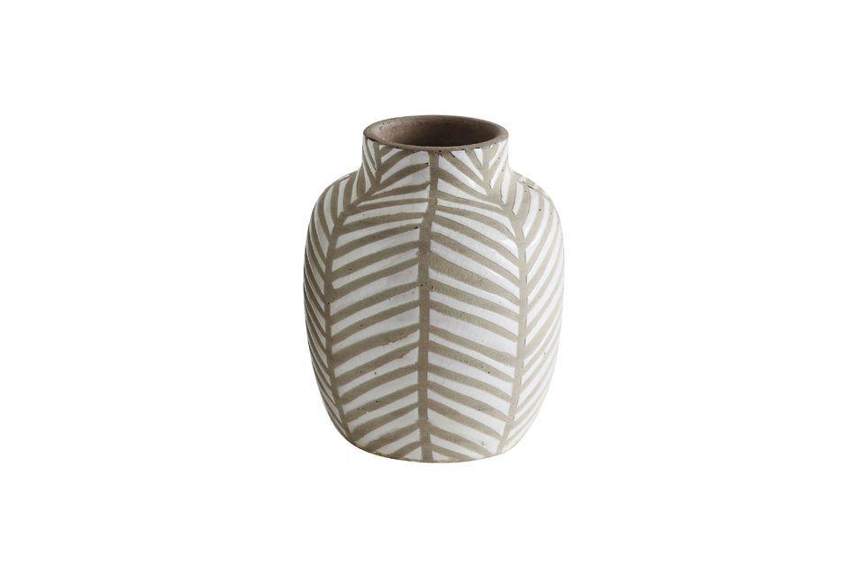 Ce vase d\'une hauteur de 18cm est en terre cuite blanche avec une jolie déco marron d\'inspiration