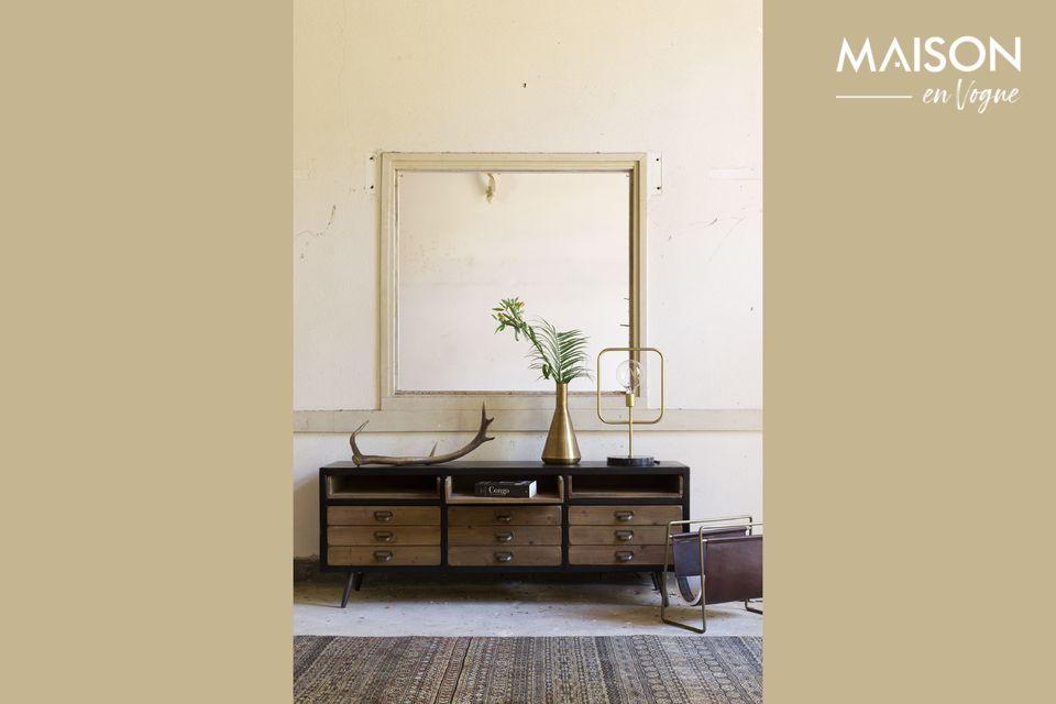 Même vide, son design raffiné trouvera toute sa place sur une armoire ou une table