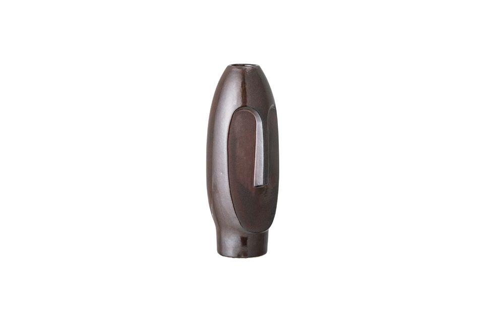 Ce vase marron en forme de statuette est résolument moderne et totalement original