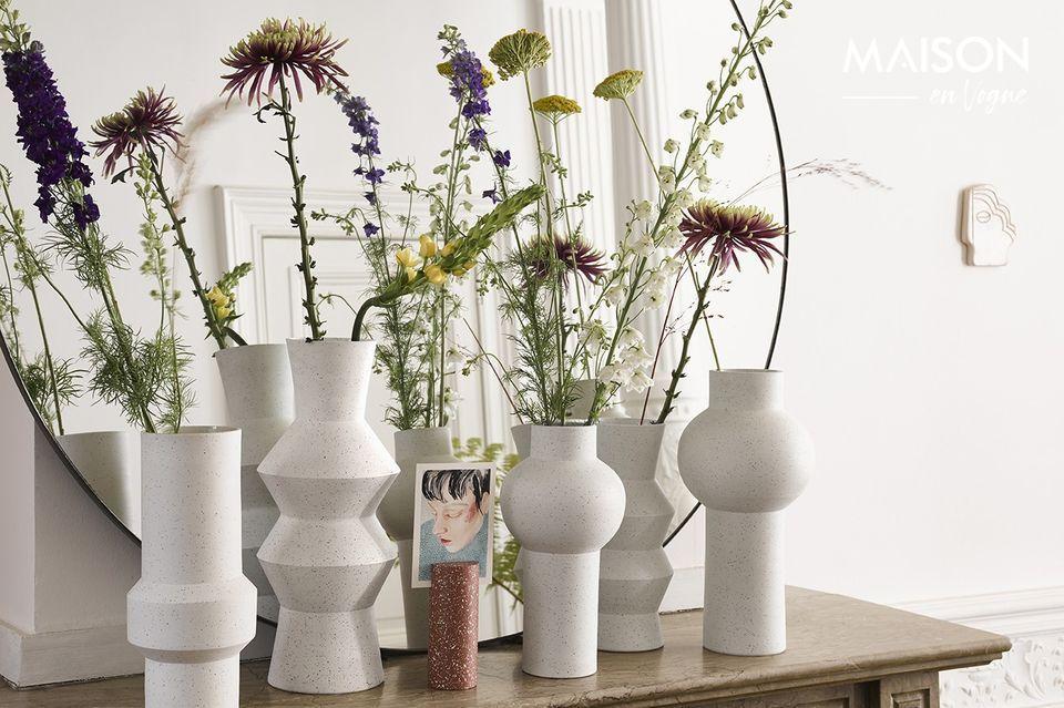 Un vase en argile au style gracieux