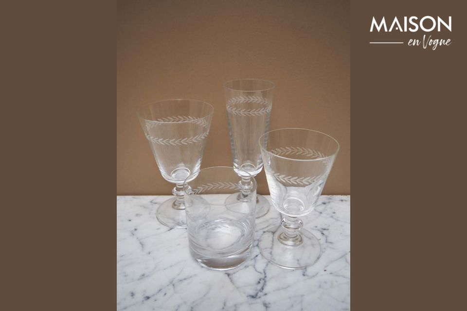 L'élégance d'un verre à eau finement décoré