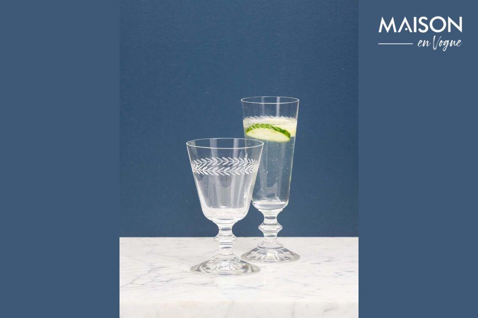 Ce verre à vin gravé d\'un motif de laurier permet de sortir des classiques verres transparents