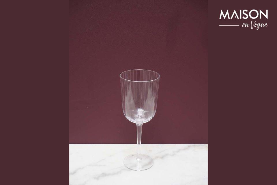 Un verre à vin sobre et passe-partout