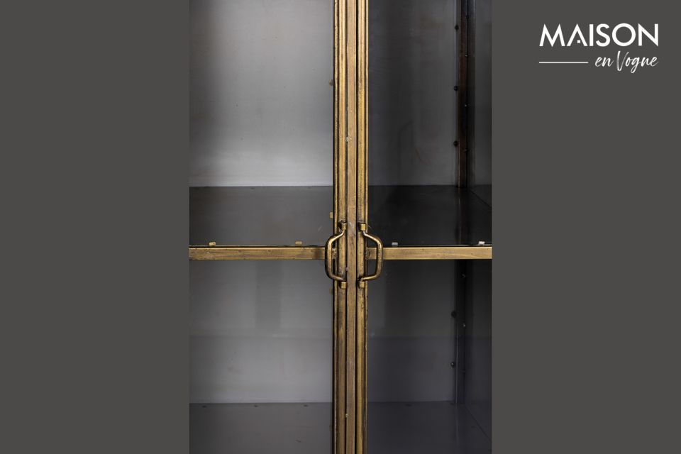 Les quatre étagères sont fermées par une double porte en verre transparent